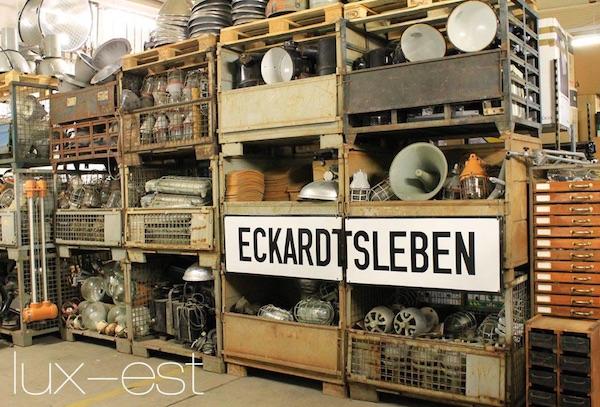 Blick auf das Atelier von Lux-Ist. Man sieht ein Regal mit vielen alten Industrielampen und Strahlern.